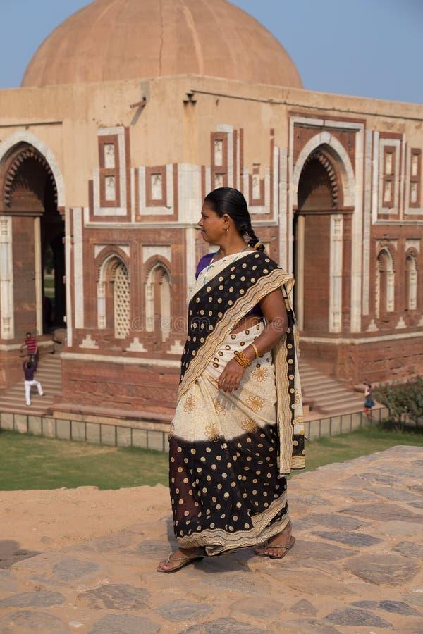 Femme indienne marchant près de la porte d'Alai, Qutub Minar, Delhi, Inde photo stock