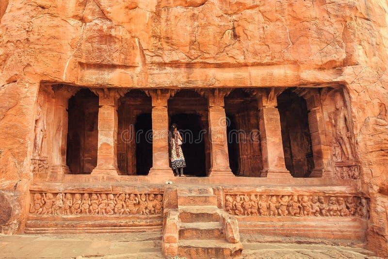 Femme indienne se tenant sur des escaliers au temple hindou du 6ème siècle de caverne Vieux point de repère d'architecture dans B images stock
