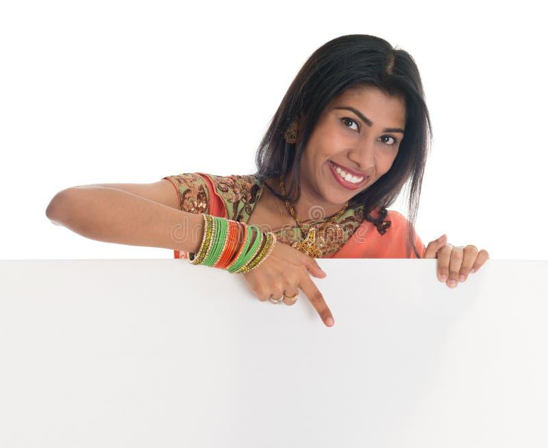 Femme indienne tenant la carte blanche vierge photos stock