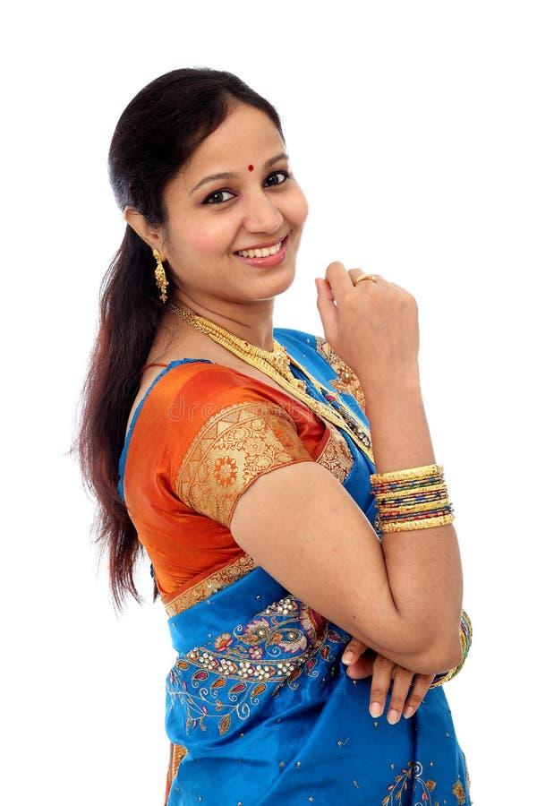 Femme indienne traditionnelle gaie sur le fond blanc images stock