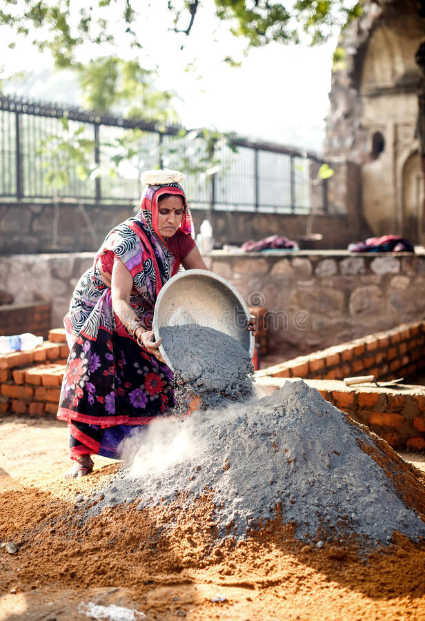 Femme indienne travaillant à la construction à Delhi photos libres de droits