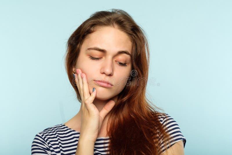 Femme indifférente ennuyée par humeur d'expression du visage photos libres de droits