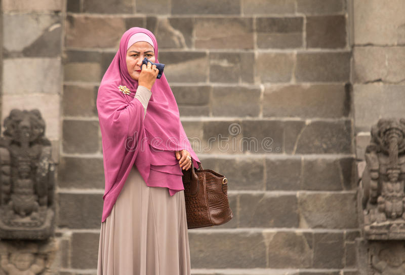 Femme indonésienne essuyant une larme images stock