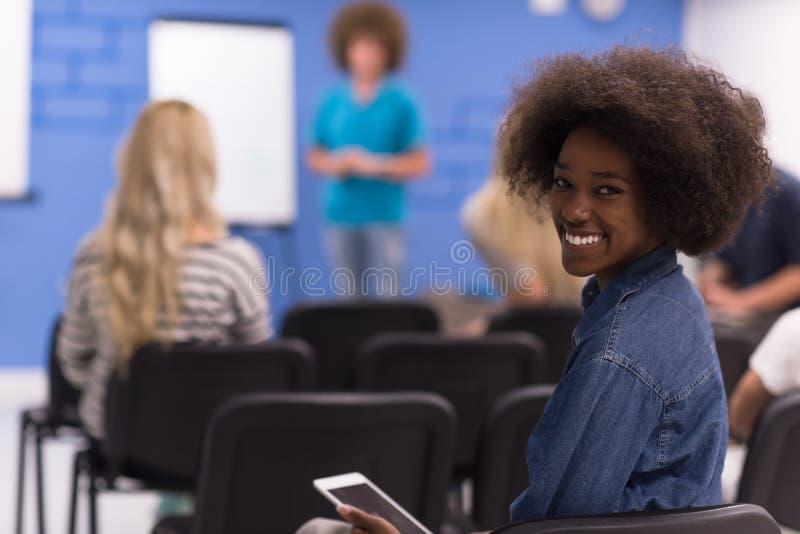 Femme informelle d'affaires d'Afro-américain de portrait photo stock