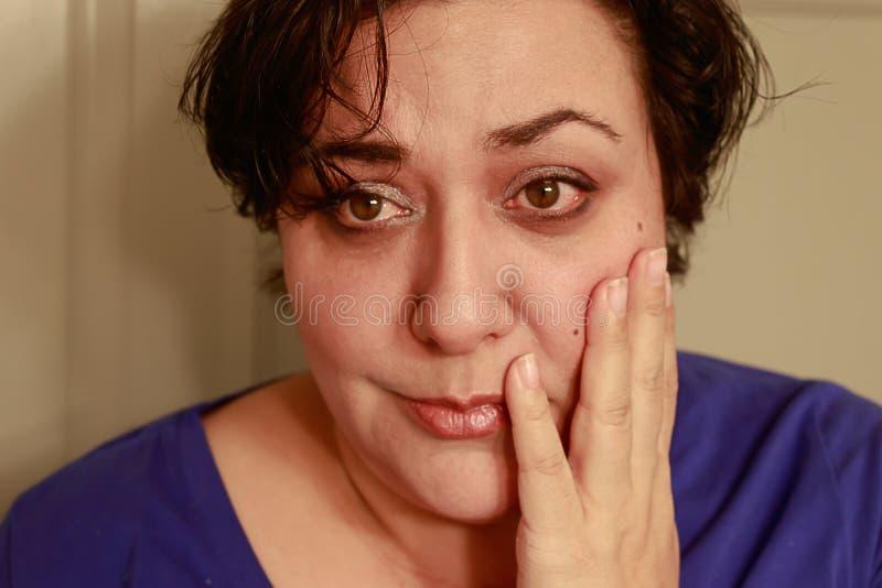 Femme inquiétée avec les cheveux courts image stock