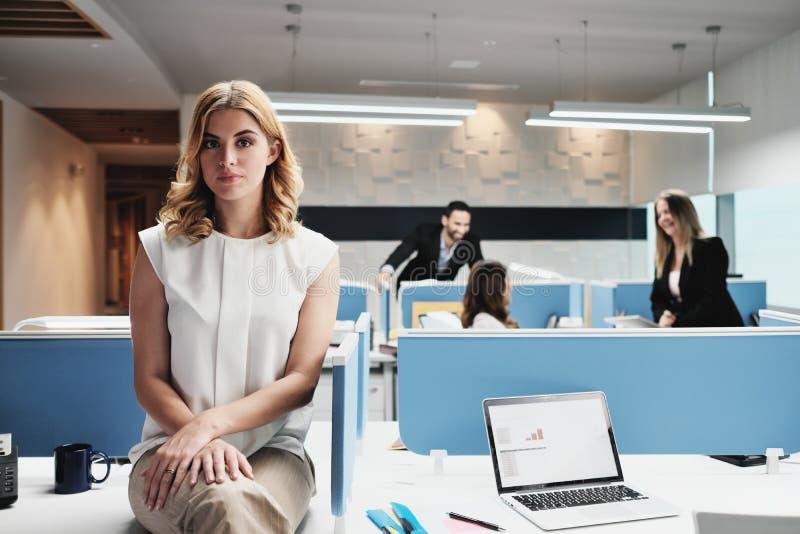 Femme inquiétée par portrait d'affaires regardant la caméra dans le bureau de Coworking photos libres de droits