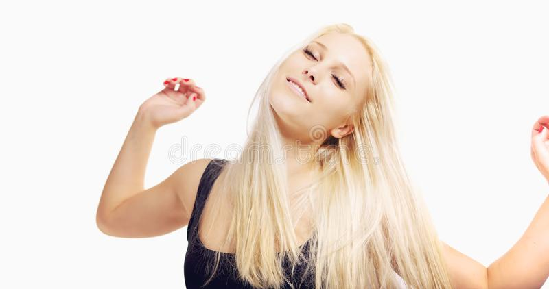 Femme insouciante avec des bras tendus photographie stock libre de droits