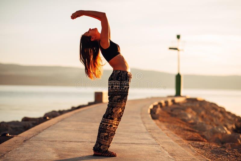 Femme insouciante méditant en nature Conclusion de la paix intérieure Pratique en matière de yoga Mode de vie curatif spirituel A images stock
