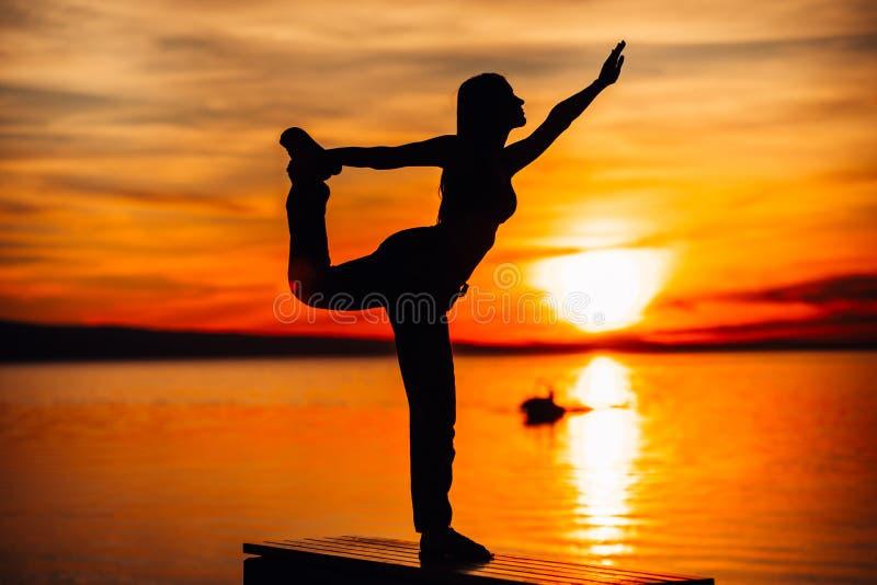 Femme insouciante méditant en nature Conclusion de la paix intérieure Pratique en matière de yoga Mode de vie curatif spirituel A photo libre de droits