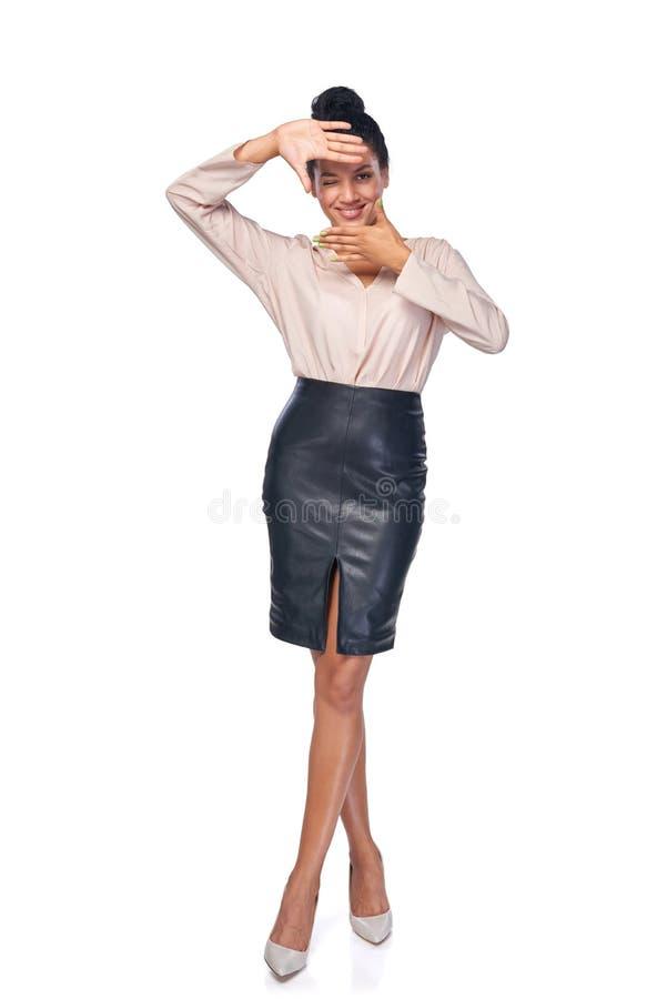 Femme intégrale d'affaires faisant le cadre avec des mains photographie stock