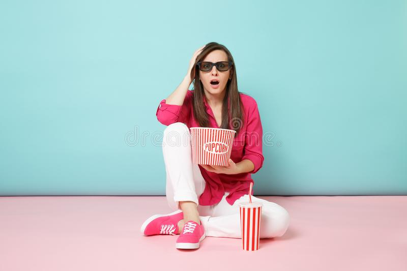 Femme intégrale d'amusement de portrait dans la chemise rose, pantalon blanc se reposant sur la pellicule cinématographique de ob photos stock