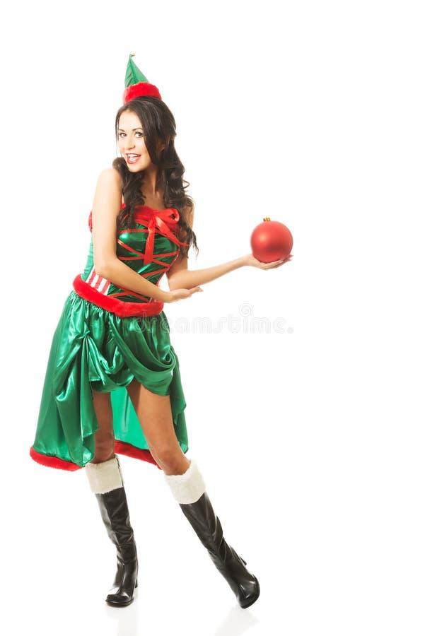 Femme intégrale tenant la bulle de Noël sur la main gauche photos libres de droits