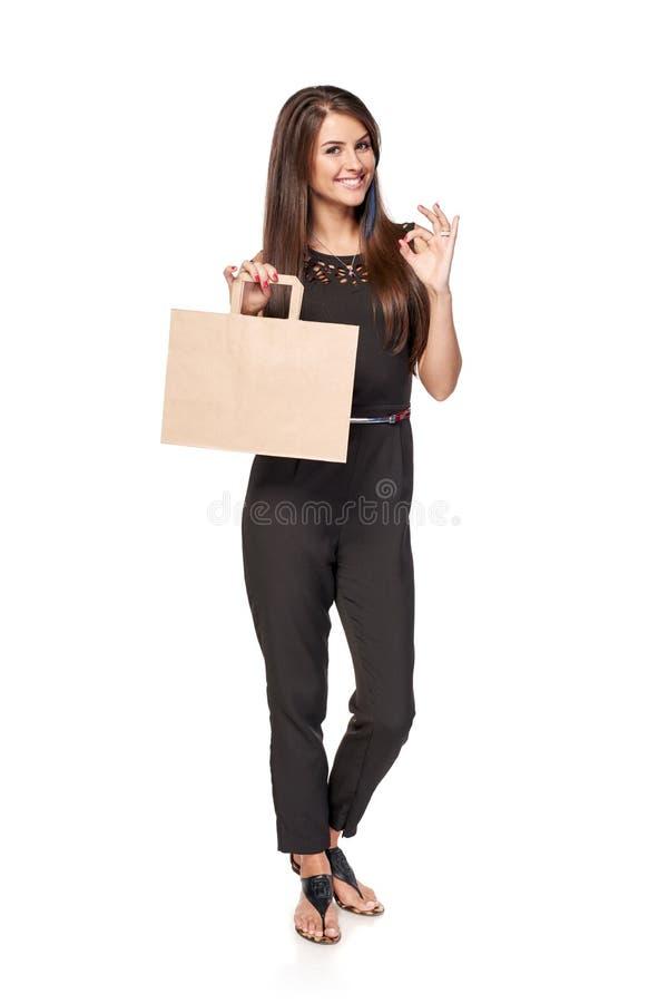 Femme intégrale tenant le panier brun de carton photos libres de droits