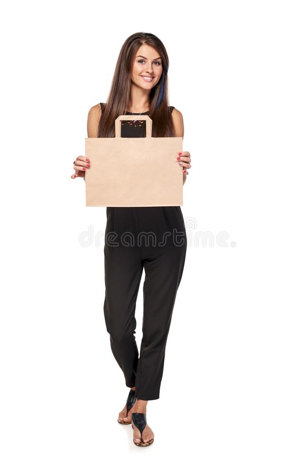 Femme intégrale tenant le panier brun de carton photos stock