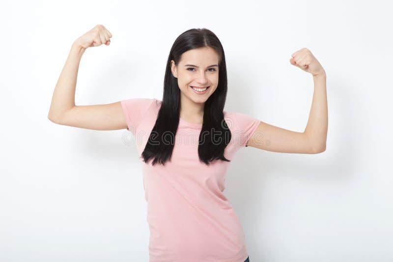Femme intense Belle fille lui montrant la muscularité, regardant l'appareil-photo photo libre de droits