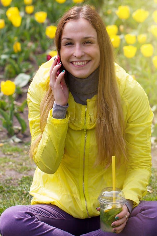 Femme invitant le téléphone portable images libres de droits