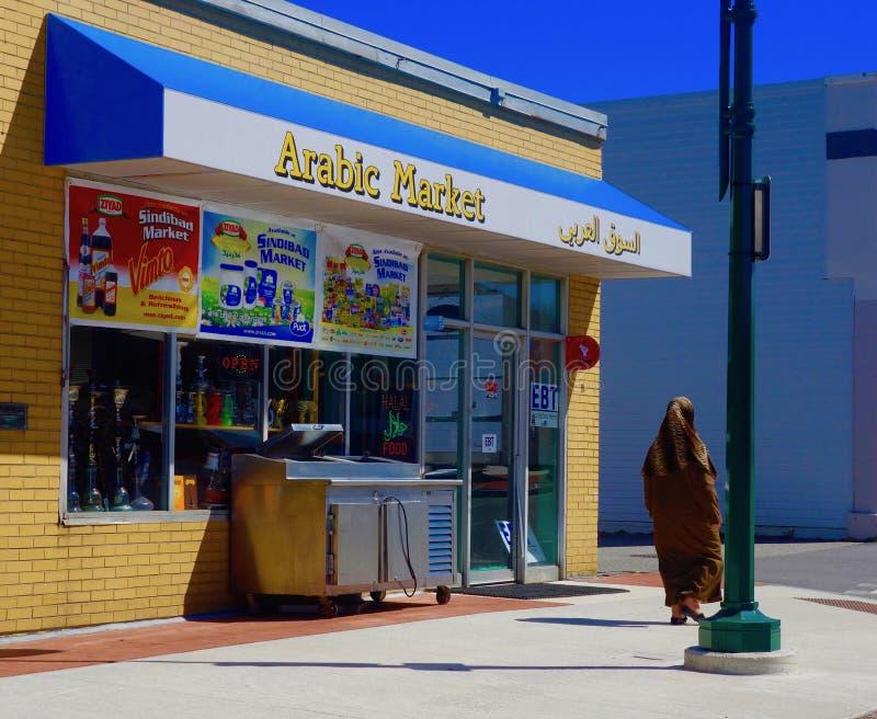 Femme islamique aux USA passant l'Arabe Market2 photo stock