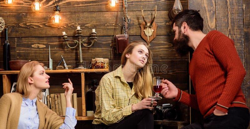 Femme jalouse aux couples dans l'amour, fond en bois Madame seule et rêveuse passent le temps avec les couples heureux dans l'amo photos libres de droits