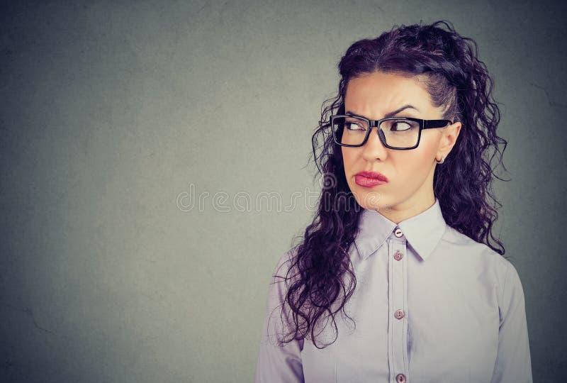 Femme jalouse et méfiante regardant loin photo libre de droits