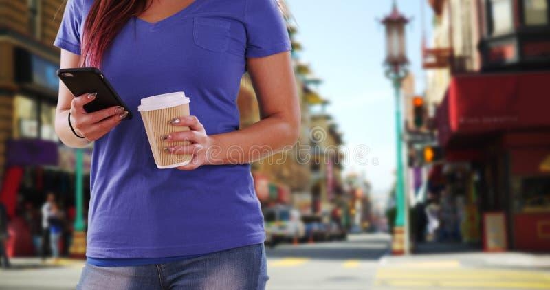 Download Femme Japonaise à L'aide Du Smartphone Dehors Image stock - Image du people, asiatique: 77157447