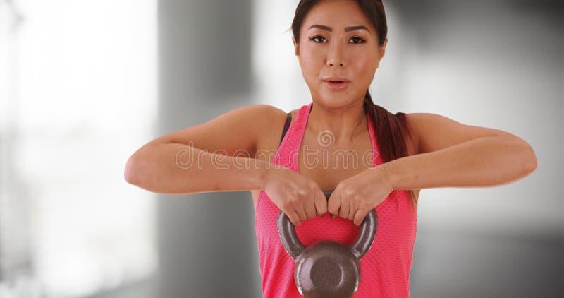Download Femme Japonaise établissant Avec Le Kettlebell Image stock - Image du attrayant, bille: 77159481