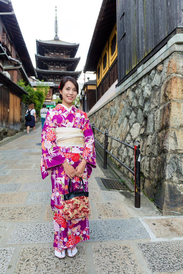 Femme japonaise avec la pagoda de yasaka de visite de kimono photo stock