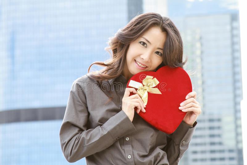 Femme japonaise d'affaires avec un coeur photos libres de droits