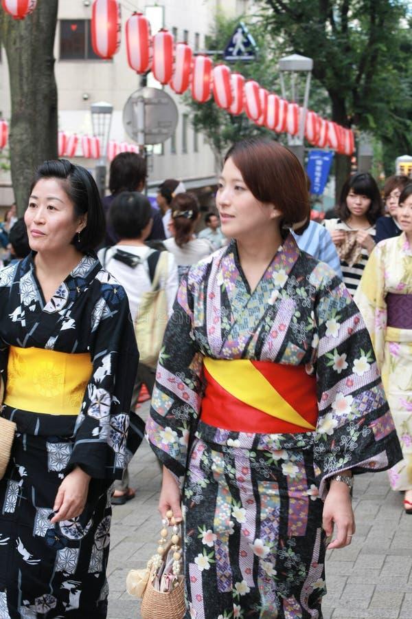 Femme japonaise dans le costume de yukata photos stock