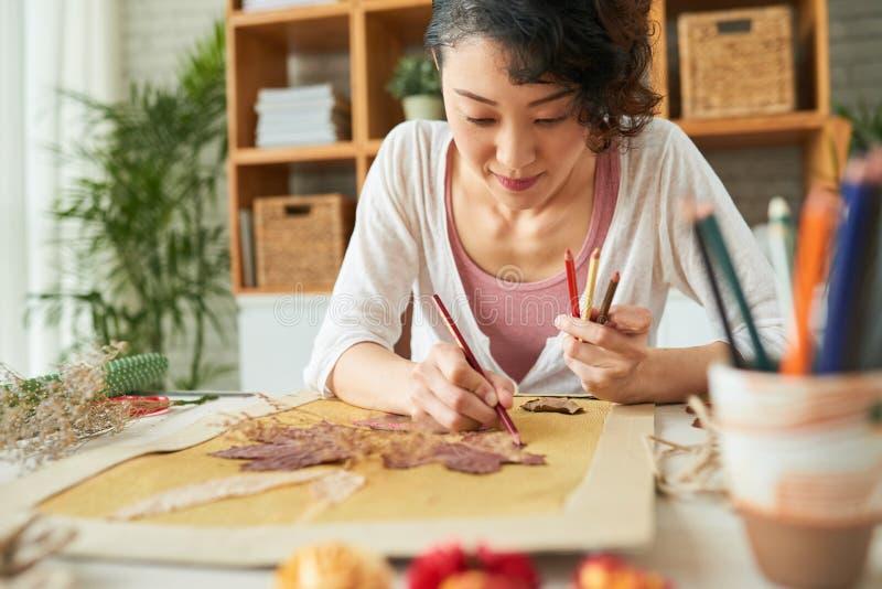 Femme japonaise exprimant la créativité images libres de droits