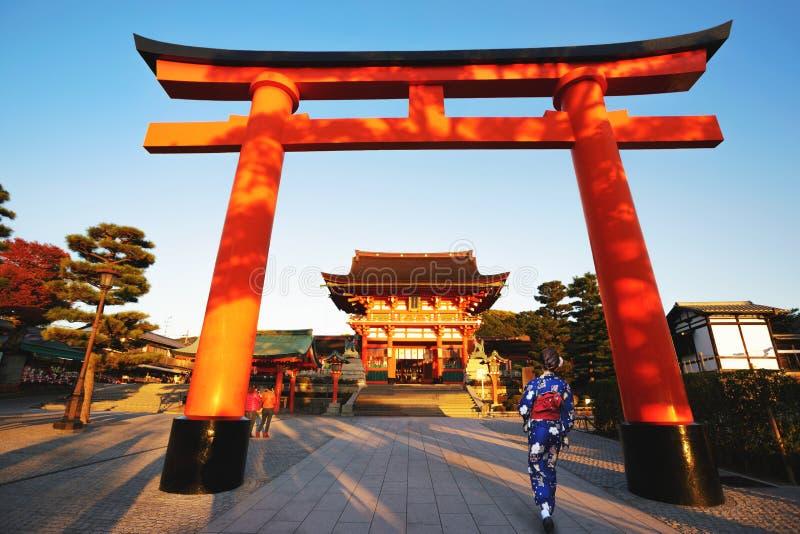 Femme japonaise marchant à Fushimi Inari-taisha en préfecture de Kyoto photographie stock