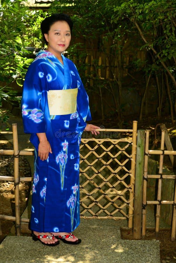 Femme japonaise portant Yukata photos stock