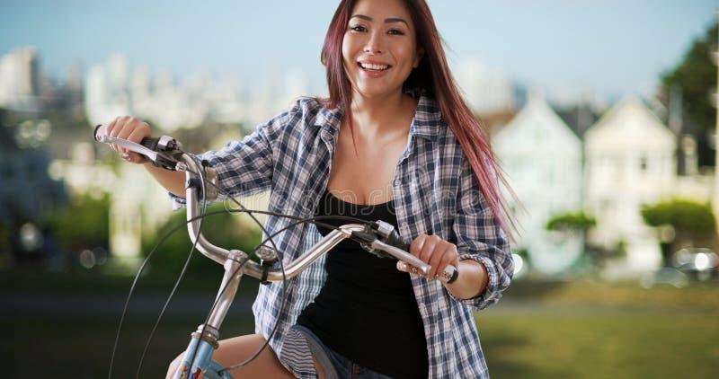 Download Femme Japonaise Souriant Avec Son Vélo Au Parc Photo stock - Image du beauté, fille: 77156448