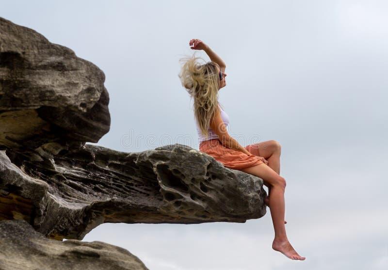 Femme jetant ses cheveux en l'air dans l'extérieur photographie stock