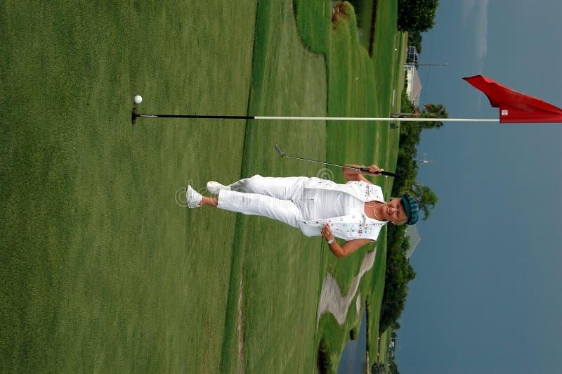 Femme jouant au golf photos stock