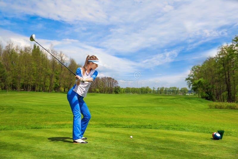 Femme jouant au golf image libre de droits