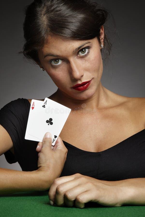 Femme jouant au poker avec des paires d'as photos libres de droits