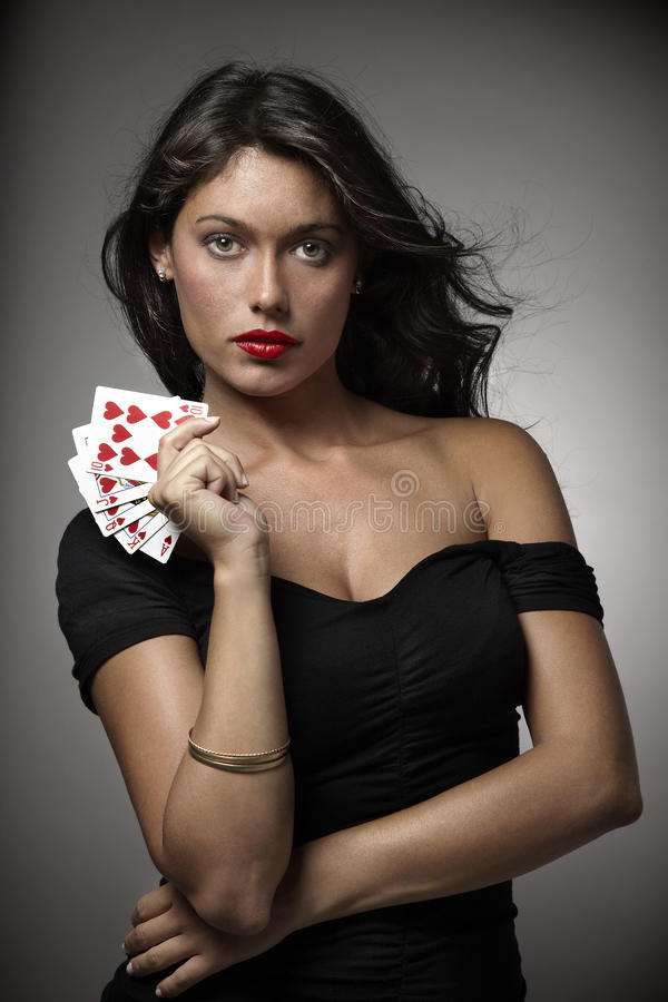 Femme jouant au poker avec l'éclat droit images stock