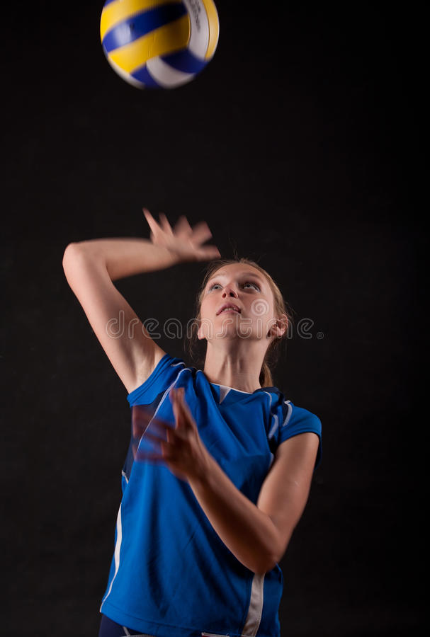 Femme jouant au volleyball photo stock