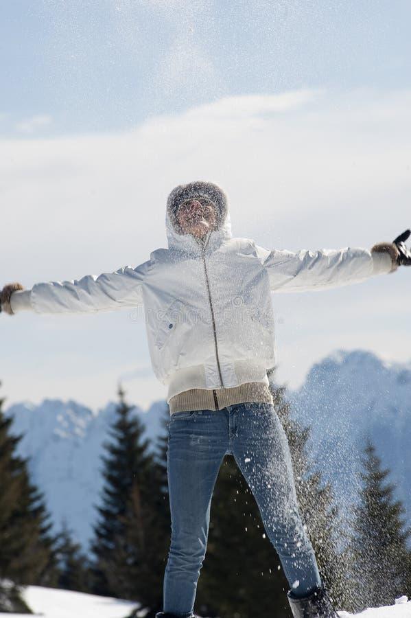 Femme Jouant Avec La Neige Image stock