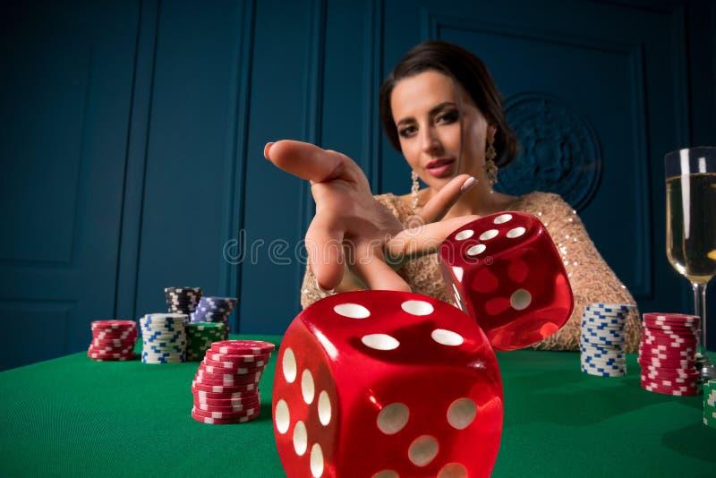 Femme jouant dans le casino image libre de droits