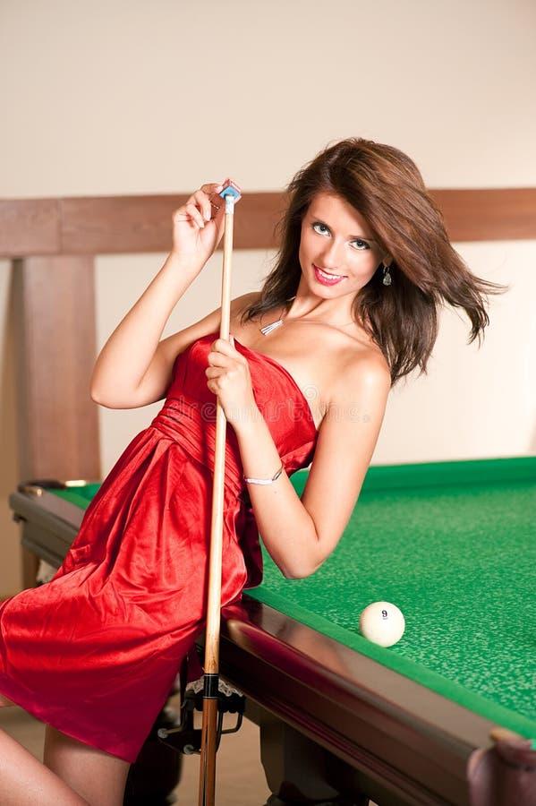 Femme jouant des billards image stock