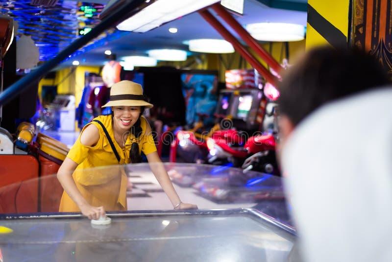 Femme jouant des jeux au centre d'arcade image libre de droits