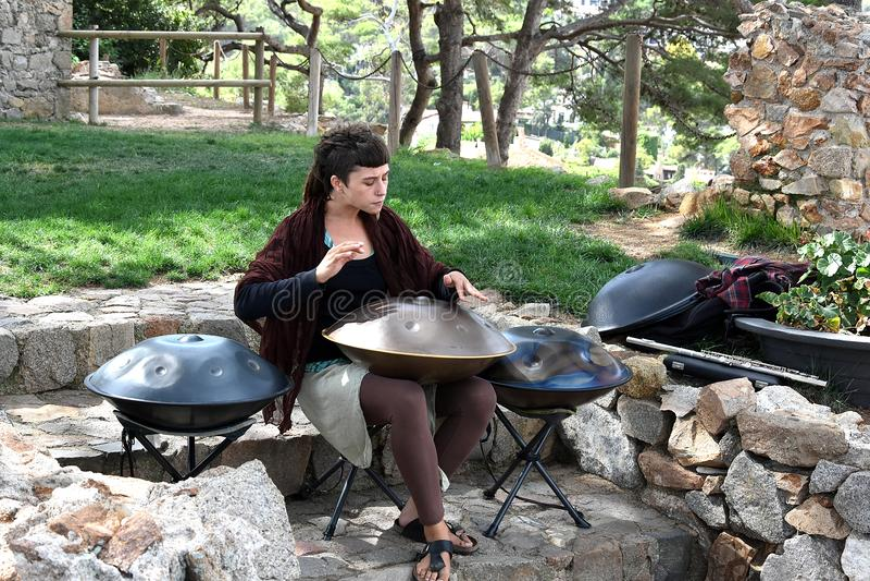 Femme jouant l'instrument de coup photos libres de droits