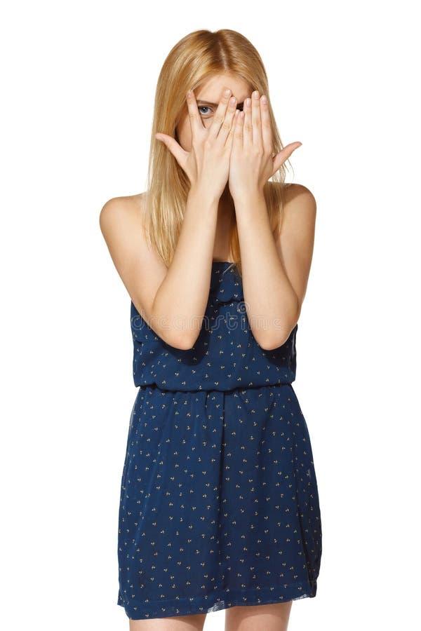 Femme jouant le coup d'oeil un huer photo stock