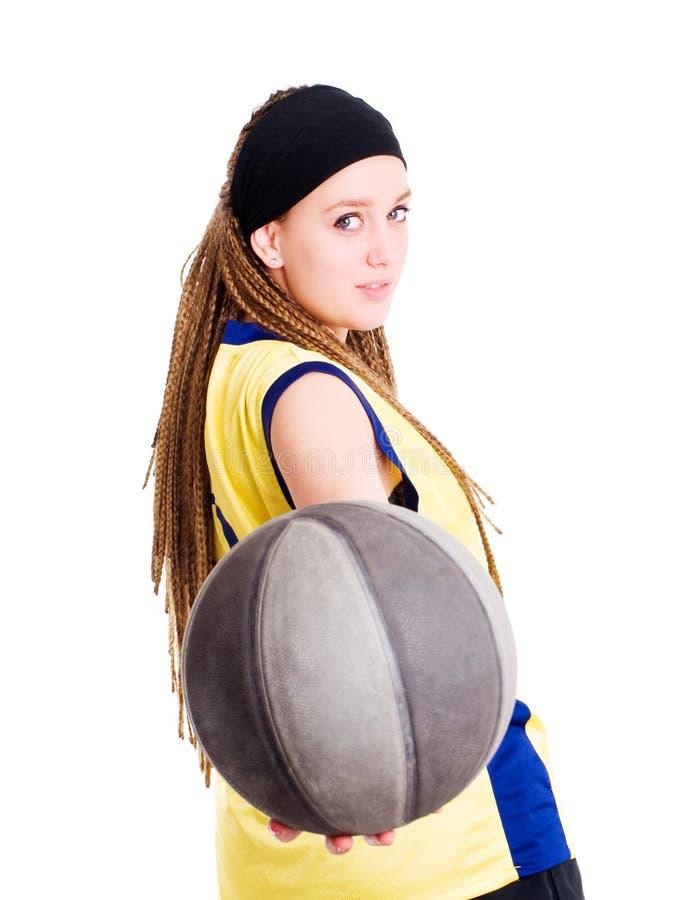 Femme jouant le jeu avec le basket-ball photographie stock