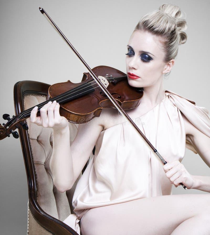 Femme jouant le violon images stock