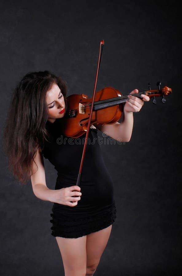 Femme jouant le violon photo stock