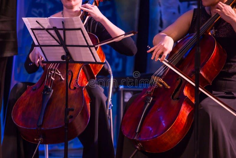Femme jouant le violoncelle dans l'orchestre photos libres de droits