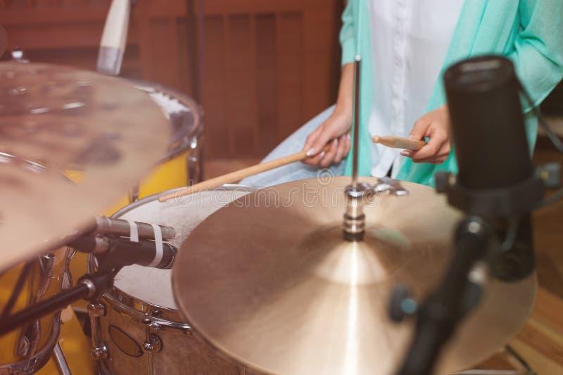 Femme jouant les tambours, enregistrement de studio/temps de répétition photo stock