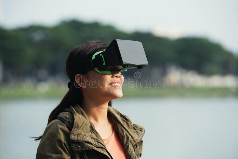 Femme joyeuse dans le casque de VR images stock
